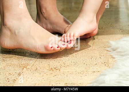 Eine Mutter und Tochter Füße Stockfoto