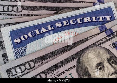 Social Security Card und ein Bett, das Geld für die hohen Kosten des Lebens auf einem festen Einkommen II. - Stockfoto