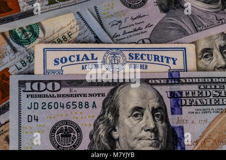 Alte Social Security Card und ein Bett, das Geld für die hohen Kosten des Lebens auf einem festen Einkommen III - Stockfoto