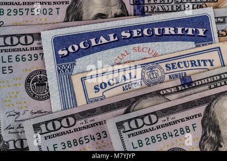 Sozialversicherung Karten und ein Bett, das Geld für die hohen Kosten des Lebens auf einem festen Einkommen IV - Stockfoto