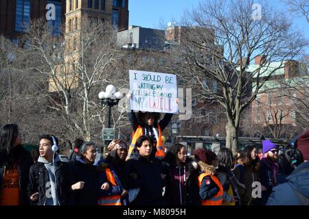 Studenten in Washington Square in Manhattan, die an der nationalen Ausstand Gewehr zu Gewalt an Schulen zu protestieren. - Stockfoto