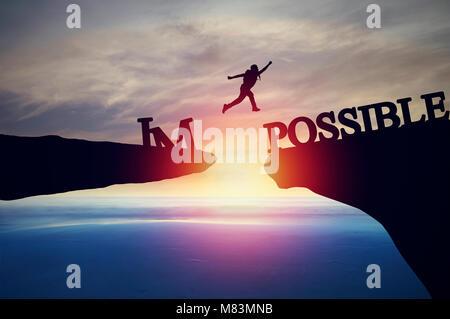Silhouette von Menschen von Klippe zu anderen Bank springen, Konzept wie möglich und unmöglich, Erfolg im Geschäft - Stockfoto
