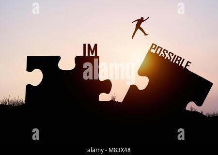 Mann über Jigsaw gegenüber möglich Ufer springen, Konzept, wie Glauben und Glauben zu verbinden - Stockfoto