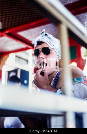 Mann in Drag setzen auf Lippenstift an Karneval, Archivierung Foto, Karneval de Santa Cruz de Tenerife, Februar, 1994,