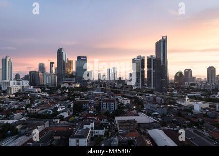 Jakarta, Indonesien - 8. Februar 2018: Atemberaubende Dämmerung über dem Geschäftsviertel Skyline in Jakarta, Indonesien - Stockfoto