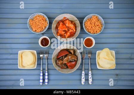 Chinesen nehmen Nacht mit Essen in Gerichte zubereitet und am Tisch serviert - Stockfoto