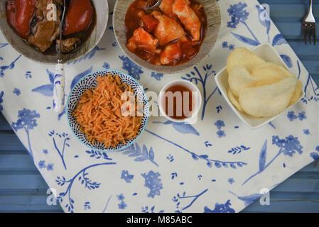 Chinesisch mit Essen in Gerichte zubereitet und am Tisch serviert Nehmen - Stockfoto