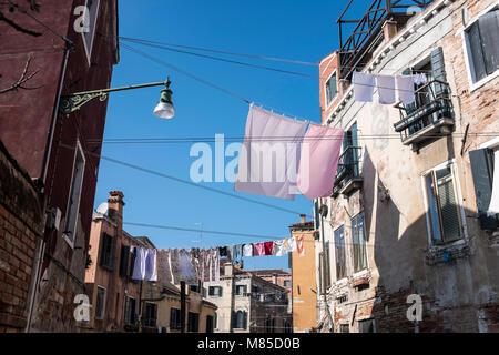 Kleidung hingen in Venedig, Italien, 12. März 2018 zu trocknen - Stockfoto