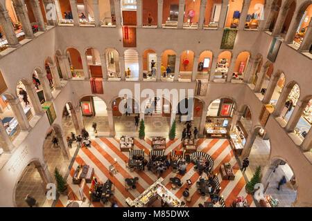 T Fondaco dei Tedeschi Innenraum, San Marco, Venedig, Venetien, Italien. Dieses luxuriöse Store ist in einem historischen - Stockfoto