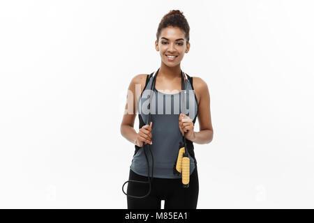 Sport, Training, Lifestyle und Fitness Concept - Porträt der schönen Happy afrikanische amerikanische Frau Trainieren - Stockfoto