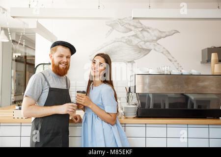Kaffee Business Konzept - Junge smart bärtigen Barkeeper genießen Sie reden und verlosen Tasse Kaffee zu Recht. - Stockfoto
