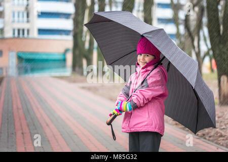 Kleine Mädchen zu Fuß unter dem Dach in einem Park - Stockfoto