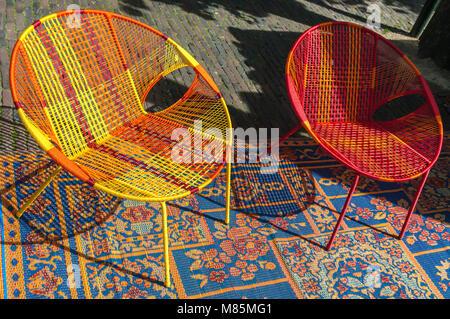 Zwei farbige Korbstuhl auf eine Wolldecke - Stockfoto