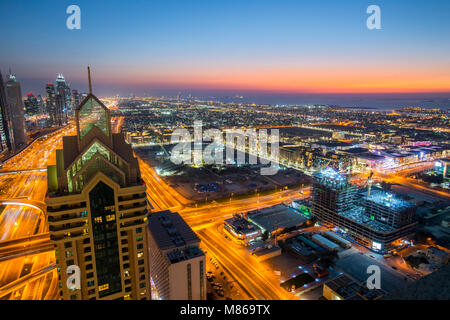 Stadtansichten durch Tag und Nacht, mit Singapur oder Dubai. Für Singapur, mit Marina Bay Sands am Hafen. Dubai - Stockfoto