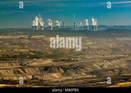 Kühltürme und Schornsteine in Turow thermisches Kraftwerk über Open-pit brown Coal Mine in der Nähe von Bogatynia - Stockfoto
