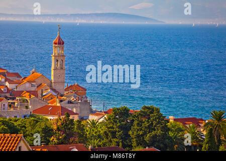Idyllische Stein Dorf Sutivan über dem blauen Meer, Insel Brac, Dalmatien Region von Kroatien - Stockfoto