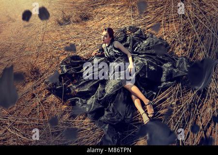 Liegende Frau im langen Gras, Thailand - Stockfoto