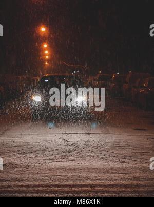 Auto fahren in den Schnee, Chicago, Amerika, USA - Stockfoto