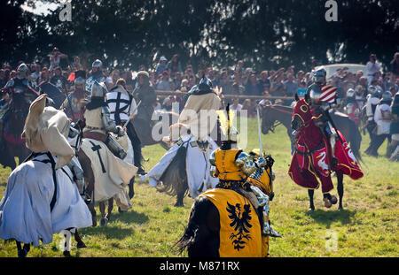 Teutonic Knights Angriff montiert - 601Th Jahrestag der Schlacht von Grunwald 1410. 4000 Reenactors, 1200 Ritter - Stockfoto