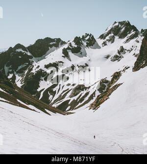 Rocky Mountains und Kletterer Mann auf Gletscher Landschaft reisen Abenteuer Konzept urlaub Kurzurlaub outdoor - Stockfoto