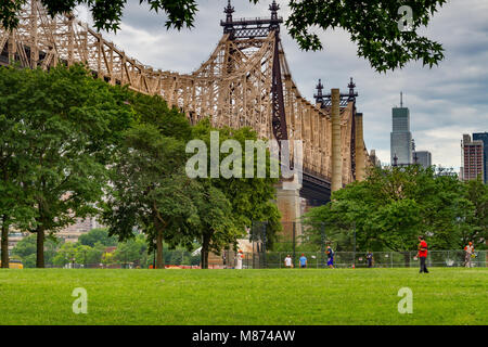Sonntag morgen Baseball in einer Stadt Park unterhalb der 59th St Queensboro Bridge, Long Island City, Queens, New - Stockfoto