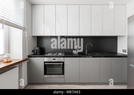Weisse Einbaukuche Holz Arbeitsplatte Schwarz Hocker Und Des