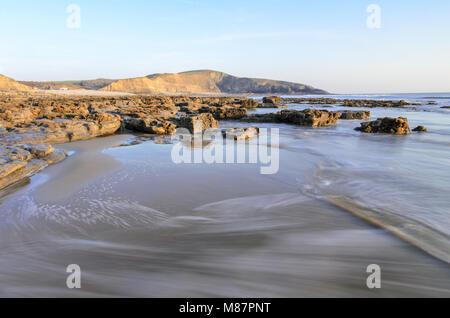Wellen entlang der felsigen Küste von Dunraven Bay in der Nähe von Southerndown in South Wales, England - Stockfoto
