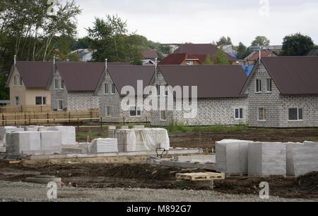 Wohngegend mit neu gebauten Häuser in einer Reihe - Stockfoto