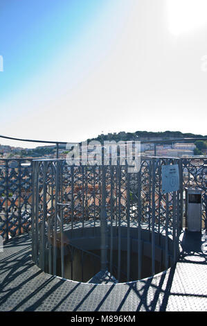 Eine stählerne Wendeltreppe, die auf der oberen Plattform der Aufzug Santa Justa in Lissabon, Portugal - Stockfoto