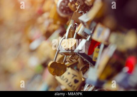 Liebe Schlösser in Paris Frankreich Brücke - Stockfoto