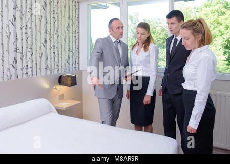 Hotel service und sauberkeit Arbeiter und Manager in einem Hotel Zimmer - Stockfoto