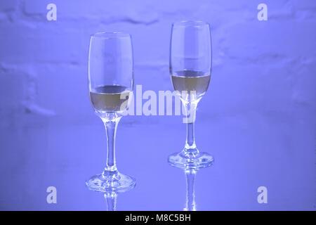 Gläser Champagner in den Pool - Stockfoto