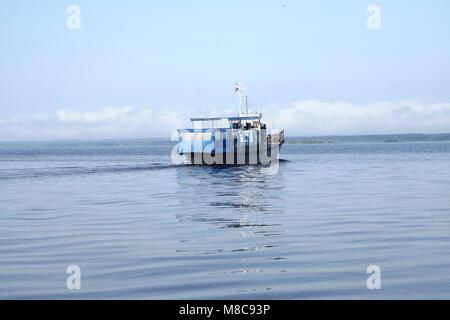 Die Tug Boat schwimmt auf dem Fluss - Stockfoto