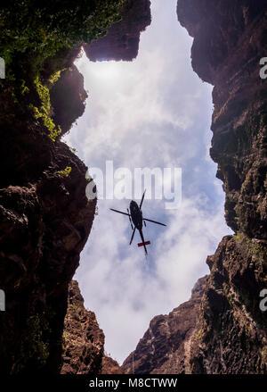 Rettungshubschrauber in Barranco de Masca, Schlucht, Teno Massiv, Teneriffa, Kanarische Inseln, Spanien - Stockfoto