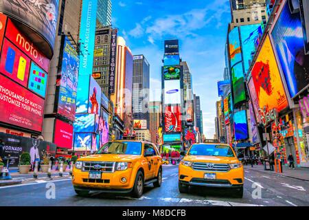 NEW YORK CITY, USA - Dezember 01, 2013: Times Square, ist ein belebter touristischer Schnittpunkt von Neon Kunst und Kommerz und ist eine Ikone Street von New York City