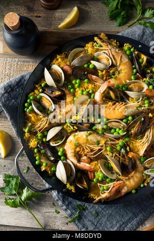 Hausgemachte spanische Paella mit Garnelen Muscheln und Venusmuscheln - Stockfoto