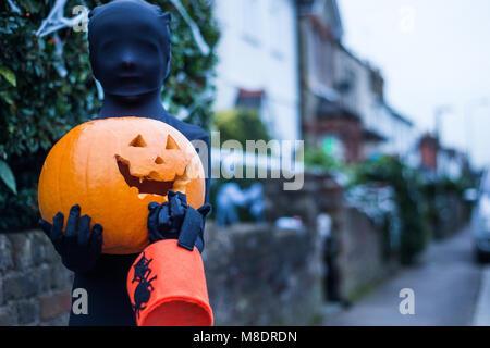 Portrait von Jungen in Halloween Kostüm, Kürbis und Trick oder Festlichkeit Schaufel - Stockfoto