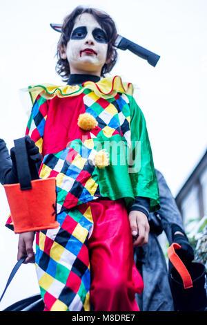 Jungen in Halloween Kostüm, im Freien gekleidet, Low Angle View - Stockfoto