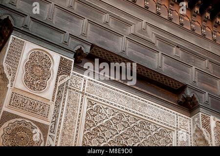 Detail der Atrium Wand in Bahia Palace in Marrakesch, Marokko. Der Palast aus dem 19. Jahrhundert wurde für Si Moussa, - Stockfoto