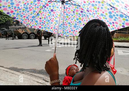 Rio de Janeiro, Brasilien 16 März, 2018 ein Bewohner von Viradouro barackensiedlung vor der brasilianischen Armee - Stockfoto