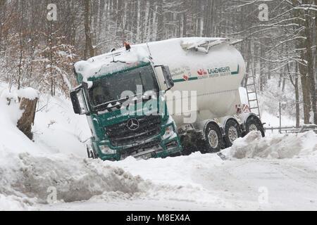 Schierke, Deutschland. 17 Mär, 2018. Elbingerode: der Verkehr rollt langsam durch das verschneite Dorf. Ein Lkw - Stockfoto