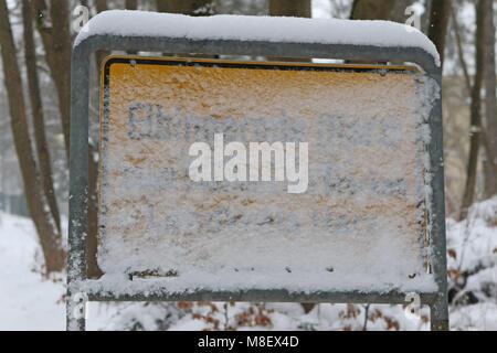 Schierke, Deutschland. 17 Mär, 2018. Elbingerode: Die verschneite Dorf Schild. Credit: Matthias Bein/dpa-Zentralbild/dpa/Alamy - Stockfoto