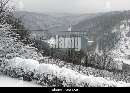 Schierke, Deutschland. 17 Mär, 2018. Ruebeland: Deutschlands längste Hängebrücke durch eine verschneite Landschaft - Stockfoto