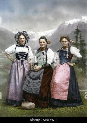 C 1890 - Schweiz - junge Schweizer Frauen in traditioneller Kleidung - Stockfoto