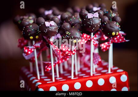 Arrangiert cakepops mit süßen kleinen Kugeln vorbereitet zu essen - Stockfoto