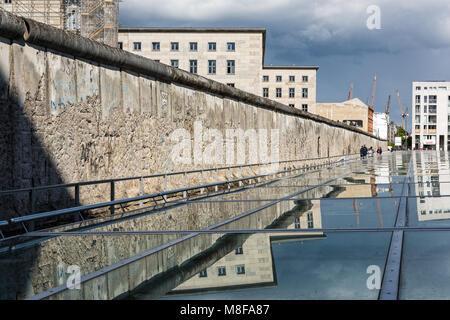 Teil der berüchtigten Berliner Mauer an der Topographie des Terrors, einen Außen- und einen Innenpool history Museum - Stockfoto