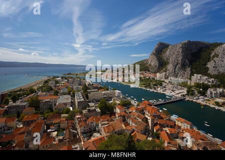 Omis, die Stadt und den Fluss Cetina Delta nach Tag, Kroatien - Stockfoto