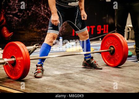 Powerlifter Athlet bereitet die Übung Kreuzheben während der Meisterschaft von Russland über Powerlifting - Stockfoto