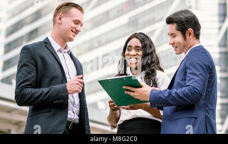 Gruppe von Geschäftsleuten. Geschäftsmann Sitzung sprechen und ihre Ideen teilen in der Stadt - Stockfoto