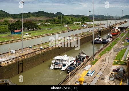 Schiffe und Schlepper, die durch Miraflores Schleusen auf der südlichen (Pazifischer Ozean) Ende des Panamakanals. - Stockfoto